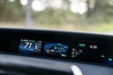 På den centralt placerade displayen kan man följa hur bränslecellerna samarbetar med hybridsystemet.