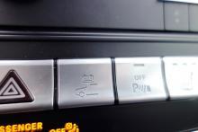 När föraren väljer det helelektriska körläget med hjälp av knappen på panelen töms batteriet på knappt två mil.
