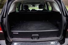 Högspänningsbatteriet ligger under det kraftigt förhöjda bagagerumsgolvet och stjäl 210 liter bagageutrymme.