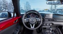 """Mazdas förarmiljö är läcker men väldigt tajt. Testlagets längre personer fick knappt plats med benen och slog huvudet i suffletten. """"Närhetskänslan"""" i körningen är oöverträffad."""