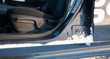Snö drar in i dörröppningarna i alla bilarna. De är ju varma efter körning men när det stått ute i minusgrader under natten är snön svår att få bort och dörrarna kan bli knepiga att få upp.