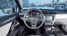 Toyotas förarmiljö är högst ordinär men det mesta fungerar utan problem. Färddatorns minimala display mellan rundlarna är dock svårhanterlig och svåravläst.