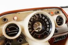 1955–56 hade Chevrolet symmetrisk instrumentpanel. 1957 blev formgivningen djärvare. Här matchar inredningen lackeringen, men fanns i en mängd utföranden