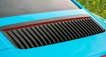 Vertikala slitsar i stället för horisontella. Den uppfällbara lilla spoilern justeras numera också i vinkel under färd.
