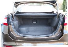 Hybriden finns bara som sedan, inte halvkombi. Bagaget är trångt och svårlastat då batteriet stjäl plats – bara 383 liter lastvolym kvar.