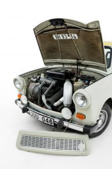 En stilstudie i hur enkelt en bil kan byggas. Ändå fanns plats för viss omtanke. Grillen plockas lätt loss för bättre åtkomst. Motorhuven är ljuddämpad för trevligare stadsmiljö.