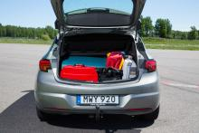 Den rymliga kupén inkräktar på bagageutrymmet. Väldigt enkel inredning, hög lastkant