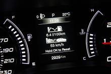 """Plottrig grafik i färddatorn. Provbilen drog drygt """"nollsex liter milen""""."""