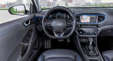 Inredningen bär tydliga Hyundai-drag och är lättanvänd. Pekskärmen mäter sju tum. Blå detaljer ute och inne utmärker hybridversionen.