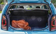 I bagageutrymmet får det plats två weekendväskor eller några matkassar.