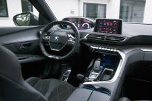Liten ratt med låg placering utmärker alla nya Peugeotmodeller. Fördelen är att mätartavlorna hamnar högt och nära förarens siktfält.