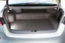 Kia/Hyundai är ensamma om batterier med litiumjon-polymer (LiPo). Snabbladdning är möjlig via Typ 2-uttag. Batteriet på 9,8 kWh stjäl dock mycket bagage och baksätet är ej fällbart.
