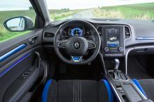 Blå detaljer utmärker GT-versionen. På rattstången finns växlingspaddlar i aluminium men varför sitter de så långt från fingrarna?