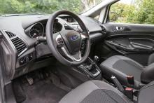 Släktskapet med Fiesta är tydligt. Korta stolar med dåligt stöd, ratten är endast justerbar i höjdled.
