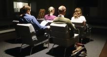 Testpersonerna får lyssna på ljuden i en studio. Nästa steg blir att höra dem på en verklig bil.