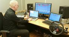 Stefan Lindberg, ljuddesigner på RISE Interactive, arbetar med att ta fram de artificiella billjuden.