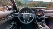 """Förarmiljön är ny och sittpositionen sänkt med 35 millimeter för att, enligt Honda, """"ge föraren en bättre känsla av att vara ett med bilen""""."""