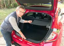 """Det sidohängda och kompakta insynsskyddet är en innovativ finess som underlättar lastningen av det rymliga bagageutrymmet. Tyvärr har Honda bantat bort det smarta baksätet med """"biofällning"""" av sittdynan som fanns i den tidigare modellen."""