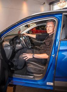 Fredrik Backman har jobbat på Opel sedan 1998. På CV:t finns bland annat designen av insidorna på Opel Insignia SW (2018), Opel Zafira (2017) och Opel Astra (2016).