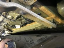 Under plastskivorna på undersidan av bilen finns rostskyddande vaxbehandling.