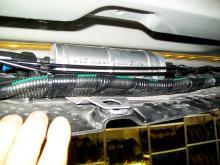 Bromsrör, bränslerör och diverse elmoduler sitter fästade i plastskölden undertill.