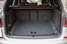 Lastutrymmet är rymligt, smart inrett och praktiskt lådformat.
