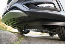 Under fronten skyddar en extra plåt motorn.