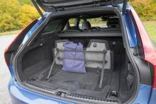 Bagaget är intakt. V90 har en prydlig plats för sladden under golvet.