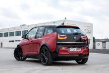 Bredare däck och hjulhus ska framför allt flörta med amerikanska bilköpare som, enligt produktchefen Heinrich Schwackhöfer, varit ljummet inställda till i3:ans design. En ny kromlist löper över bakluckan.