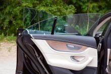 Ramlösa sidorutor hör förstås en coupémodell till, även när den har fyra dörrar.
