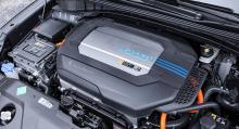 """Under plastkåpan vilar bränslecell, eller """"bränslestack"""" som ingenjörerna kallar den, och elmo-tor. Skruva lite på egen hand? Nej, nej, nej – NEJ."""