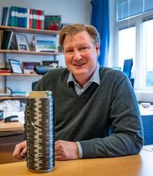 Leif Asp med en spole med kolfibergarn. Elektroderna i ett strukturellt litiumjonbatteri består av kolfibergarn som ligger i ett rutnät i en polymer. Varje garntråd består av 24 000 enskilda kolfibrer.
