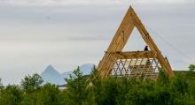 Fjälltoppsliknande konstruktioner i samklang med naturen möter besökarna vid miljö- och friluftsinstallationen i Langsanden.