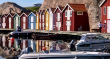 Smögens sjöbodar och bryggor lockar många, allt från fritidsseglare till vilt festande tonåringar vandrar här varje sommar.