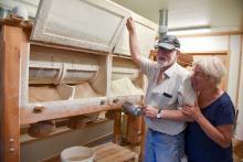 Helge och Marianne Berglund mal färskt mjöl varje dag i sitt bageri i Kungsgården.