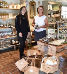 Anna Persson och Lottie Östlund vill jobba med närproducerade produkter i Gårdsbutiken i Högbo.