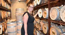 """Johanna Wedin på Mackmyra destilleri visar sin egen whiskytunna """"Svensk rök"""" som snart har lagrats i tre år."""
