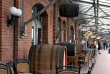 Fiskhamnen i Bremerhaven har turistanpassats och innehåller numera ett restaurangstråk där uteserveringar och fiskhandlare huserar i bodar i klassisk ostfriesisk stil jämte fiskrökerier och själva hamnanläggningen.