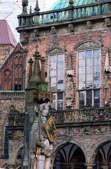 Rådhuset och Rolandsstatyn hör till de stora sevärdheterna i Bremen.