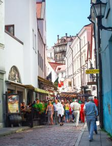 Turisterna flockas i Vanalinn, gamla staden i Tallinn.