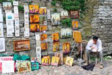 Många livnär sig på att sälja sina konstverk. Priserna är som överallt annars lite högre vid stora turiststråk.