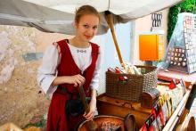 Doften av brända mandlar är vanlig i Tallinn. Säljarna bär ofta traditionell folkdräkt.