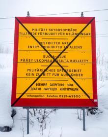 """Rödgula skyltar med texten """"Tillträde förbjudet för utlänningar"""" på fem språk fanns i Boden ända in på 90- talet. En överkryssad skylt finns kvar utanför Rödbergsfortet."""