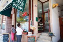 Efter rekommendationer köper vi med oss mat hem från Al Fresco Deli i Puerto Pollença. Traditionell vällagad mallorcinsk mat bestående av tonfisksallad, revbensspjäll, köttgryta, köttbullar, ris och aioli för endast 35 euro. Fantastiskt!