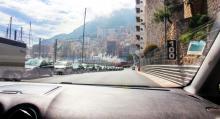 Monacos GP är det enda loppet som körs i sin helhet på allmän väg. Redan i april är läktare och skyltar på plats. Inramningen för att köra F1-banan som lekman kan alltså knappast bli bättre.