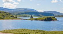 Skottlands karaktäristiska landskap, präglat av berg och sjöar, är mest påtagligt i de nordvästra delarna. På en landtunga i sjön Loch Assynt finns resterna av 1500-talsborgen Ardvreck Castle, ett av landets tusentals slott.