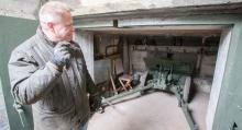 Värnvärnaren Johan Andrée, museichef på Beredskapsmuseet i Djuramossa, visar insidan av 733 a. Sommartid erbjuds bunkervisningar fyra gånger i veckan.