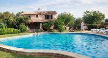 Huset vi hyr är ett fritidshus som ligger bland åkrar och fält någon kilometer från kuststäderna Alcúdia och Puerto Pollença.