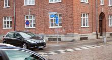 Oansenliga källargluggar i centrala Trelleborg, om fienden skulle komma var det bara att dra upp luckorna och öppna eld.