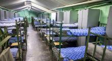 En bekant miljö för många värnpliktiga – de blåvitrandiga sängöverkasten finns även i Rödbergsfortets logement. Fortets besättning utgjordes av uppemot 500 man.